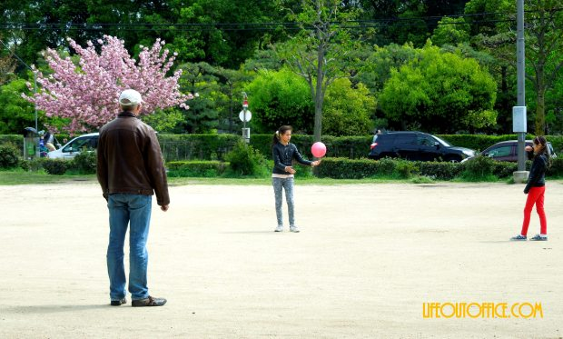 [Kyoto Local Park] father and daughters bonding at the park